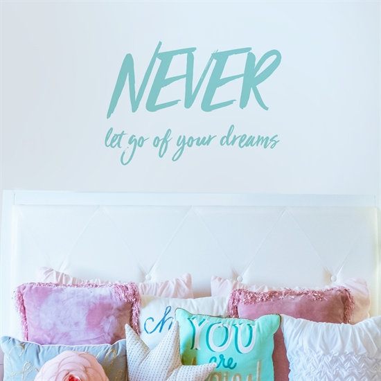 מדבקת קיר- NEVER let go of your dreams-2
